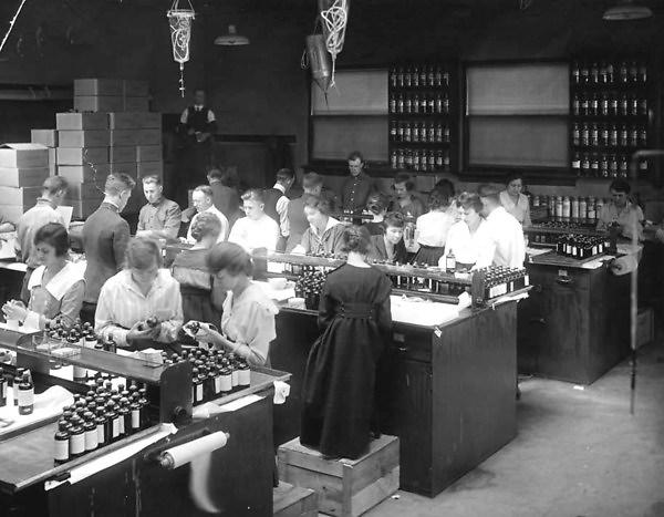 University of Minnesota pharmacy students preparing digitalis for the War Department in 1918